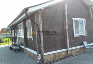 Дом в деревне около реки