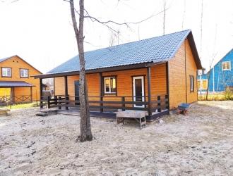 Зимний дом около леса